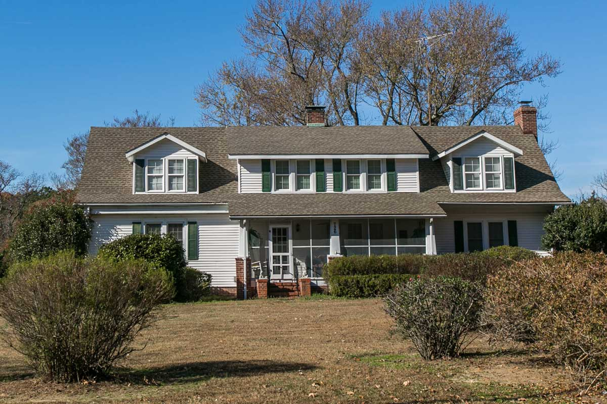 Single family home with lawn in White Stone, VA