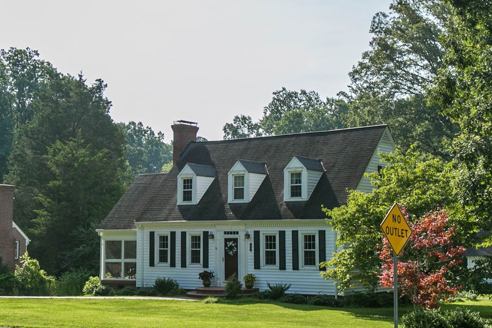 white single family home in victoria va